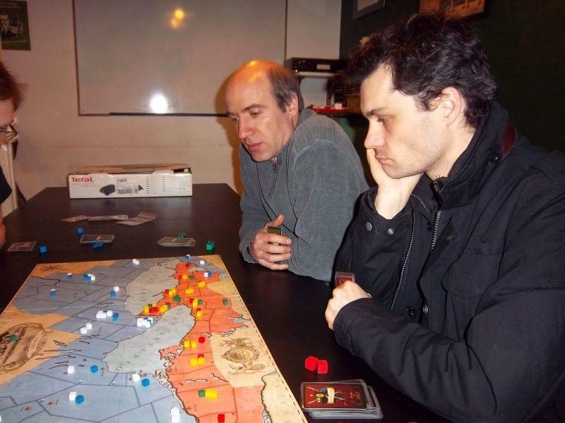 Fabrice l'anglais et Tyrion l'amérindien, de demandent si nous devons agir les premiers au centre, ou bien se contenter de maintenir le verrou bien fermé...
