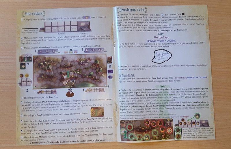 L'intérieur du livret de règles avec une double page montrant la mise en place et le début du déroulement du jeu.