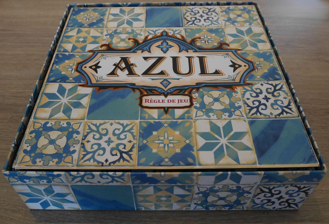 Dans Azul tout est carrelé, la boîte, la règle...