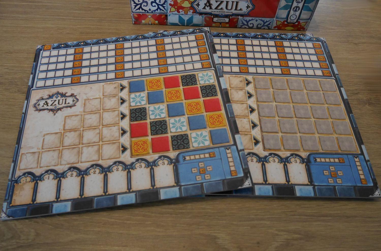 Les plateaux des joueurs ont 2 faces. La face par défaut, mur coloré, impose le placement des carreaux. L'autre face laisse le choix du placement mais impose que chaque type de carreau ne soit pas présent plus d'une fois par ligne et par colonne.