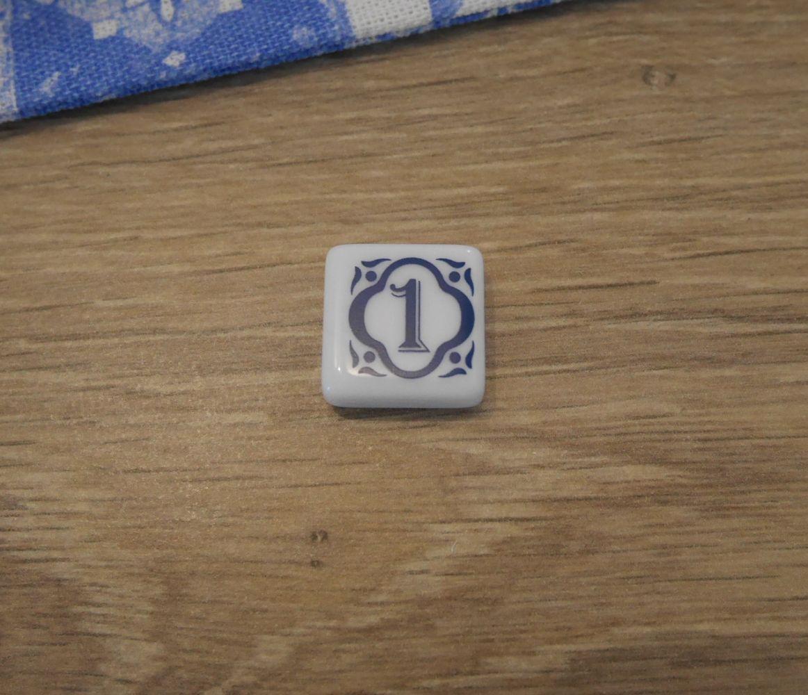 Le carreau du prochain premier joueur. Récupéré par le premier joueur qui lors d'un tour récupère des carreaux au centre de la table. En compensation ce carreau se place sur la ligne plancher et vous infligera donc un malus.