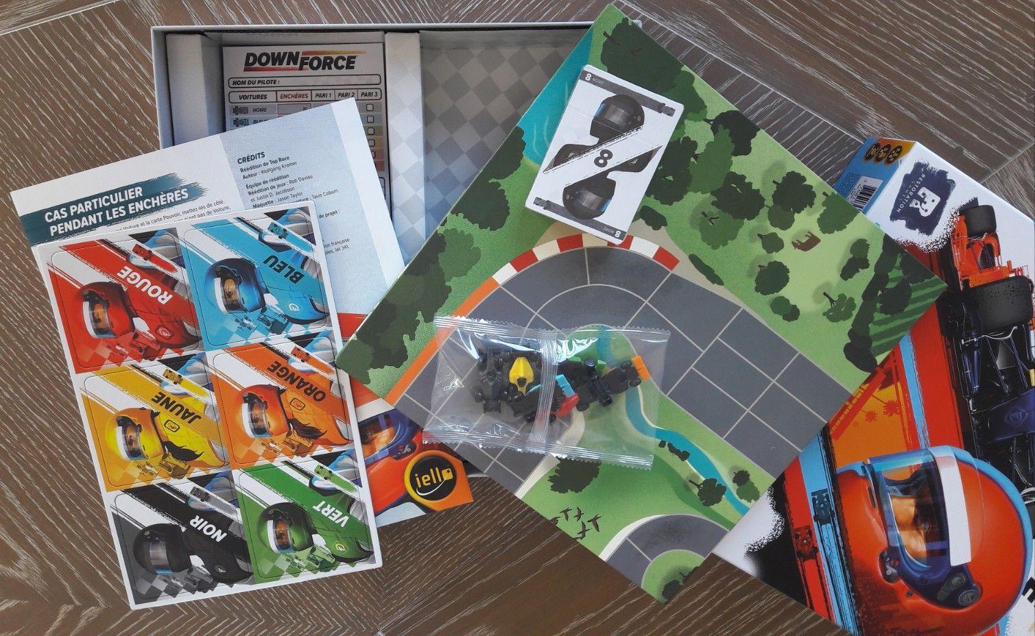 Un paquet de cartes vitesse et pouvoir, 6 voitures, 6 tuiles, un plateau, un carnet de score et une règle en VF.