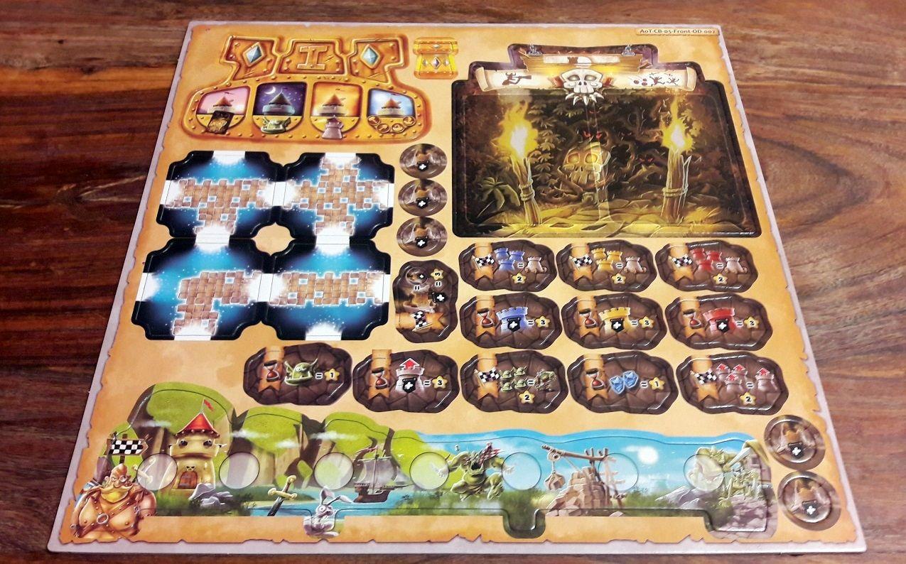 Les plateaux imprévu et premier joueur, des tuiles bonus, des objectifs et un mini plateau solo en bas.