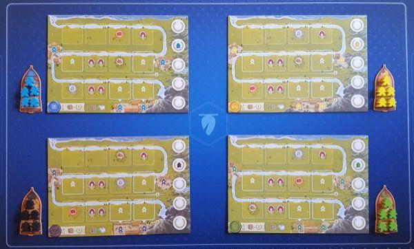 Les 4 sets (1 par joueur) avec un plateau individuel, 1 bateau et 5 pions pionniers