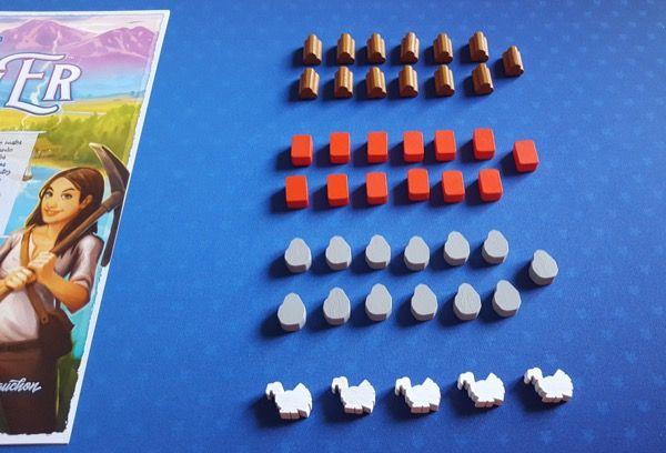 Les 44 ressources du jeu : 13 bois, 13 argile, 13 pierre et 5 nourriture