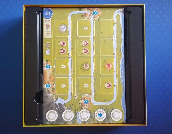 Rangement des 4 plateaux individuels avec insert pour les bloquer et ouverture pour les soulever.