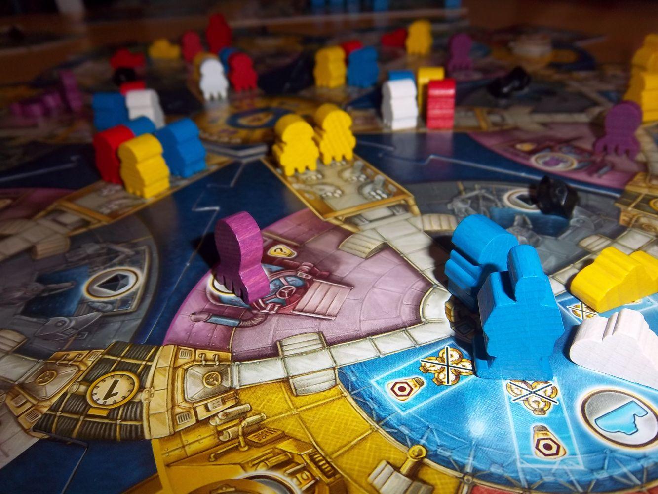 Au plus près du plateau central...Octopode (violet), un scientifique (en bleu), des robots, et des cristaux  (en noir)