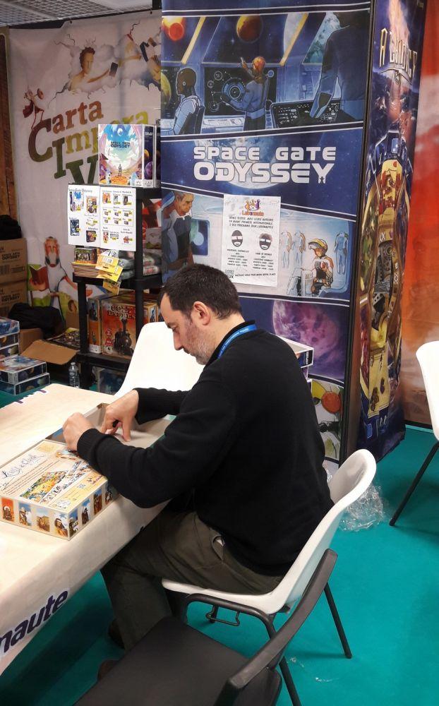 Vincent Dutrait en dédicace de Space Gate Odyssey chez Ludonaute et avec une boite de Lewis et Clark !