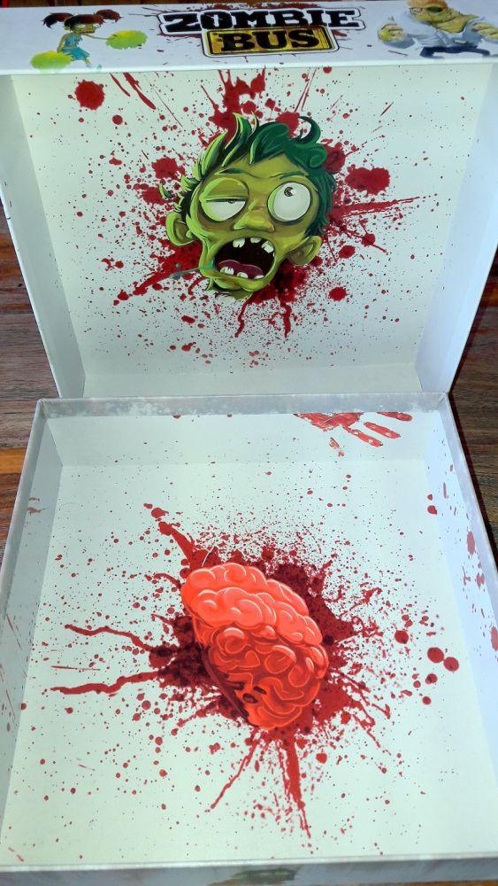 oui il n'y a pas de thermoformage, mais le fond de boite et du couvercle sont du plus bel effet... zombiesque !