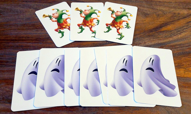 Que serait une famille royale sans fou ? Le fantôme c'est pour faire peur et se cacher sous ses draps. :D