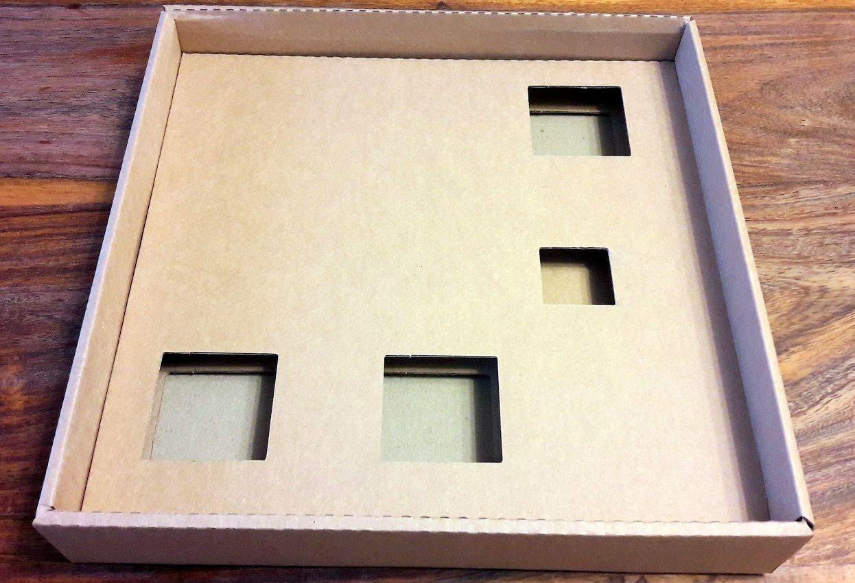 Ou plutôt le fond carton sur mesure de la boite.
