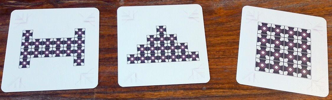 Les 3 cartes sont recto verso pour renouveler les parties.