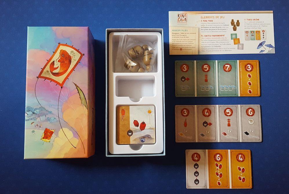 Les éléments de l'extension : 3 pions Yokai, 54 cartes Enseignement, 11 tuiles Diplôme, 1 règle du jeu et un thermoformage blanc.
