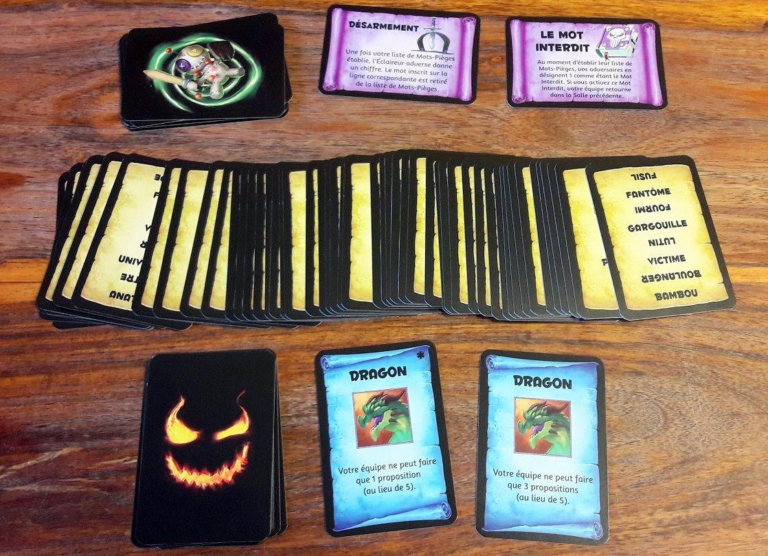 Beaucoup de cartes recto verso avec plein de mots mais aussi des boss et des malédictions-contraintes.