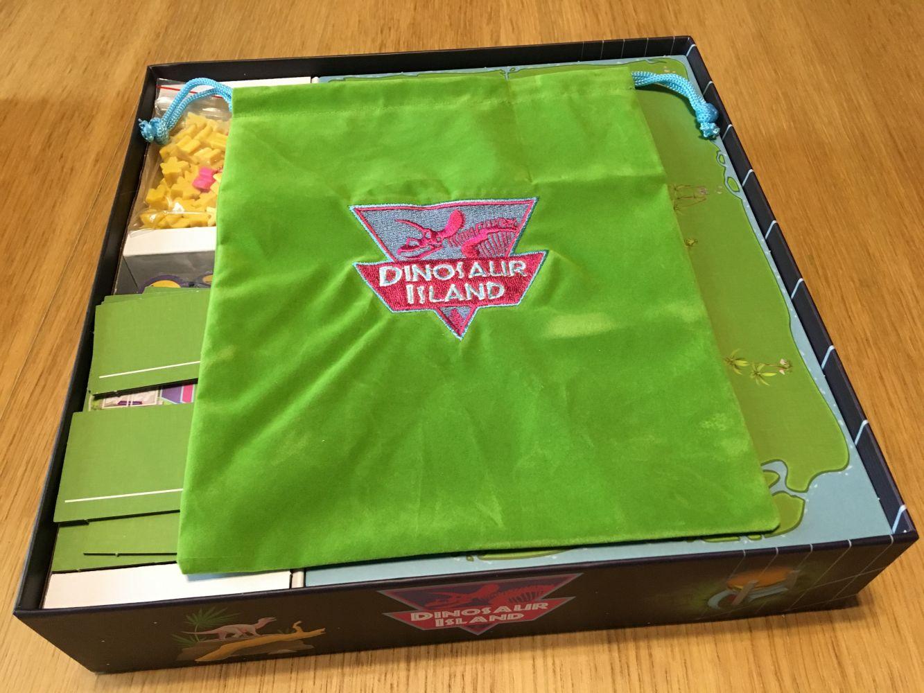 La boîte rangée avec les plateaux et le sac