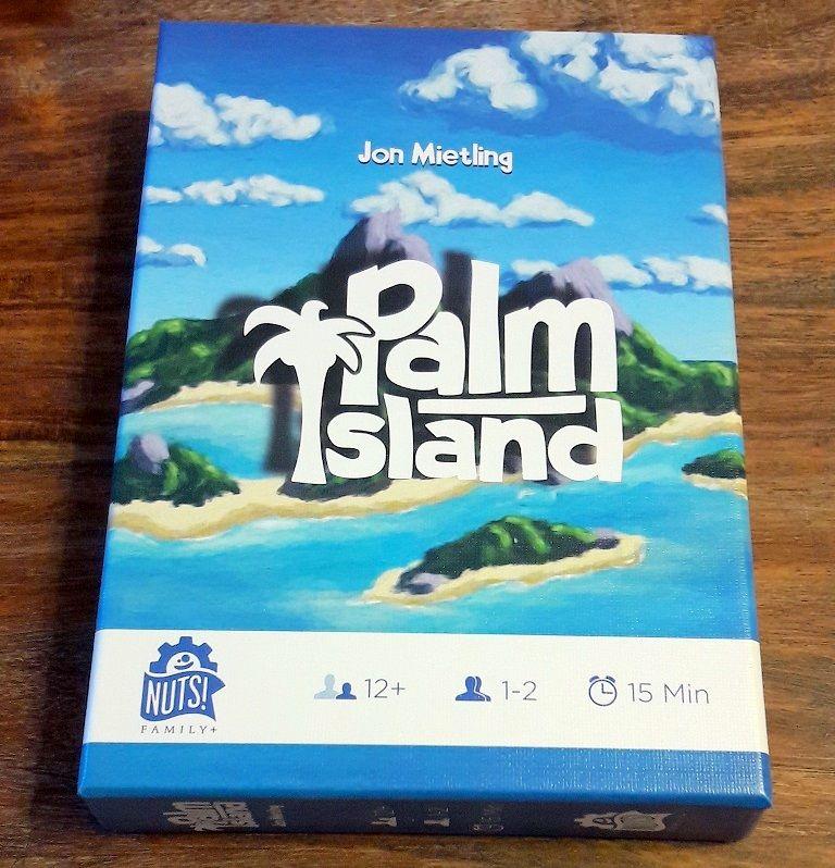Petite boite en carton aux illustrations chatoyantes sans doute sur le thème du jeu.