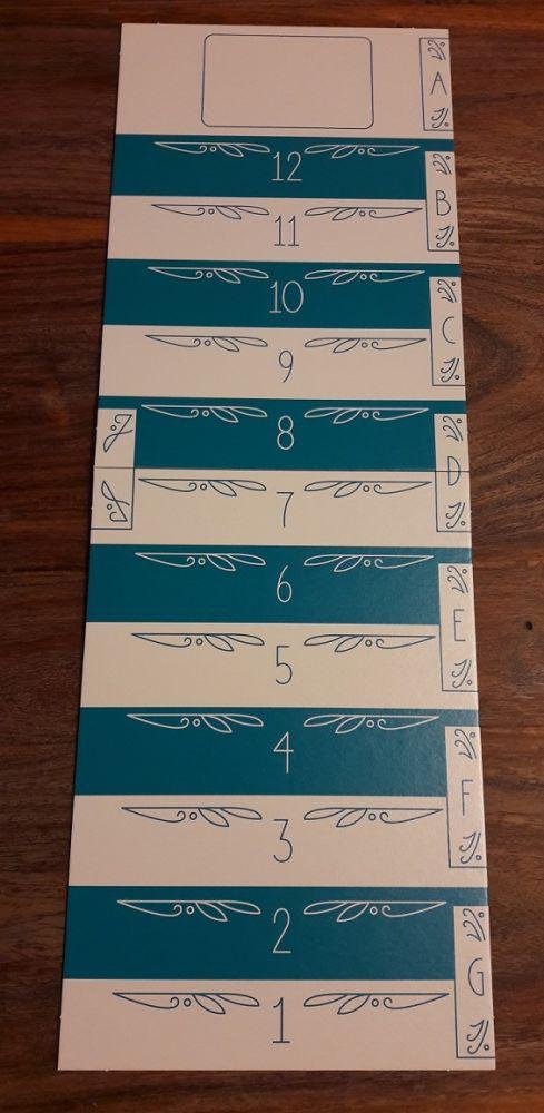 Un plateau servant à la fois de piste de score et d'organisation des dessins au centre de la table.