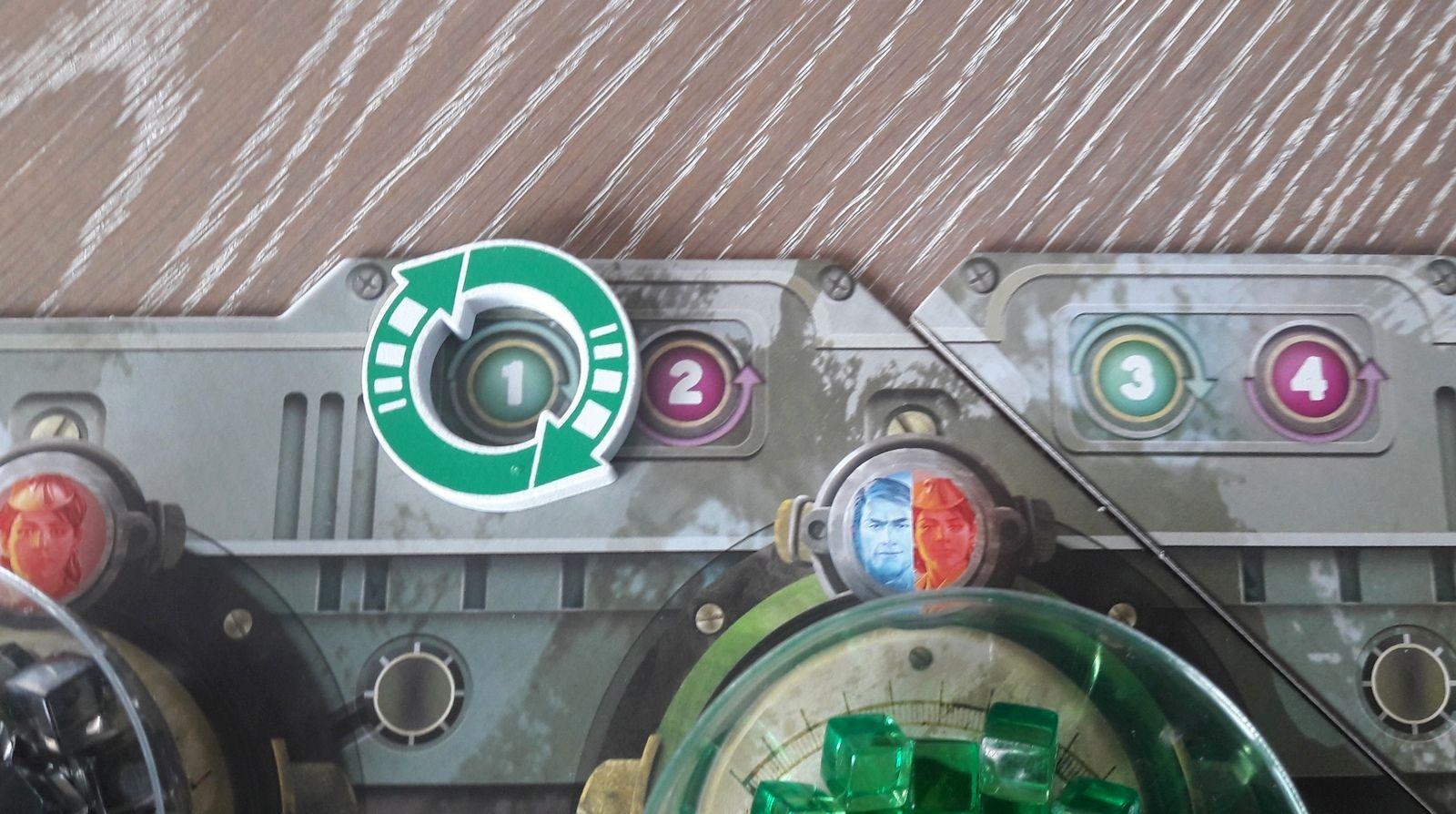Zoom sur le jeton qui marque le tour. Tour 1 on passe les cartes à drafter vers la gauche au tour 2 on tourne vers la droite etc ...