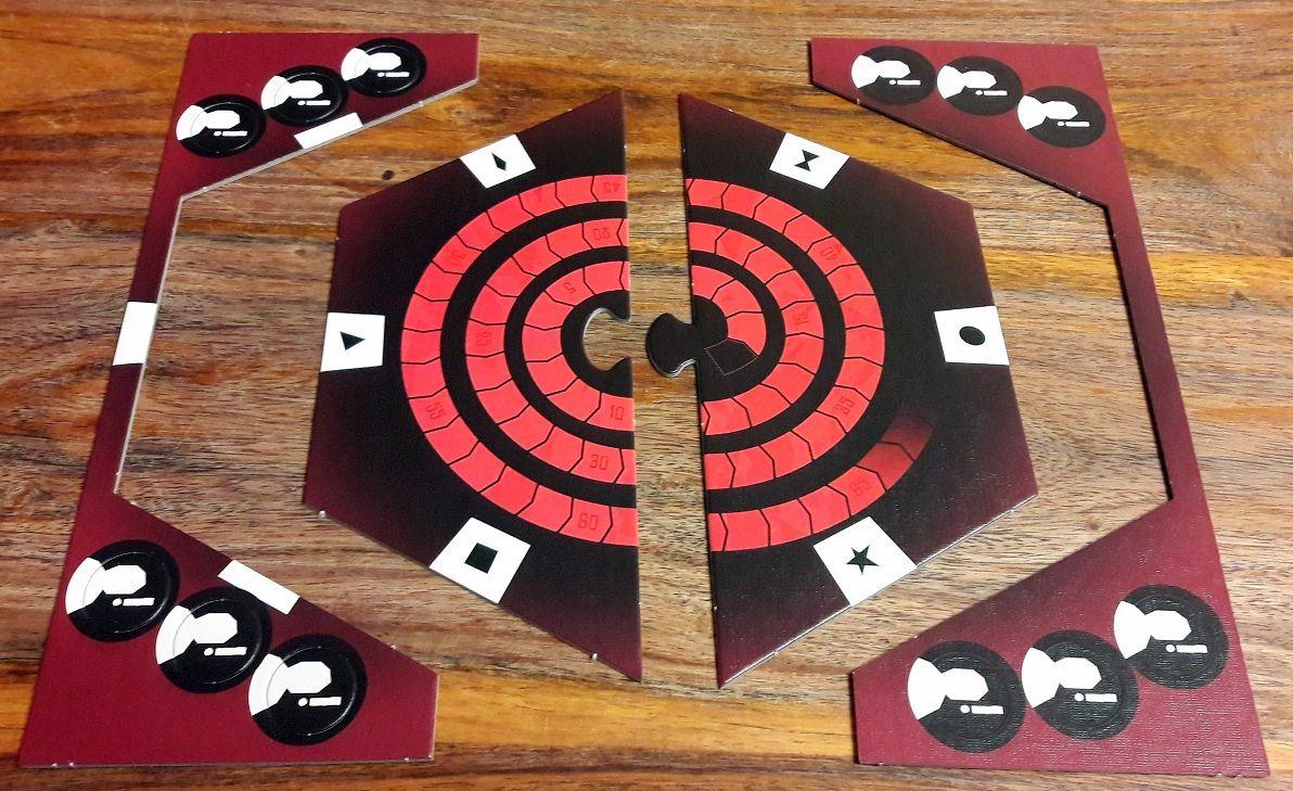 Un plateau hexagonal très simple servant à la fois de piste de score et à organiser les cartes émotions autour  : un peu de dépunchage autour pour les jetons défi.