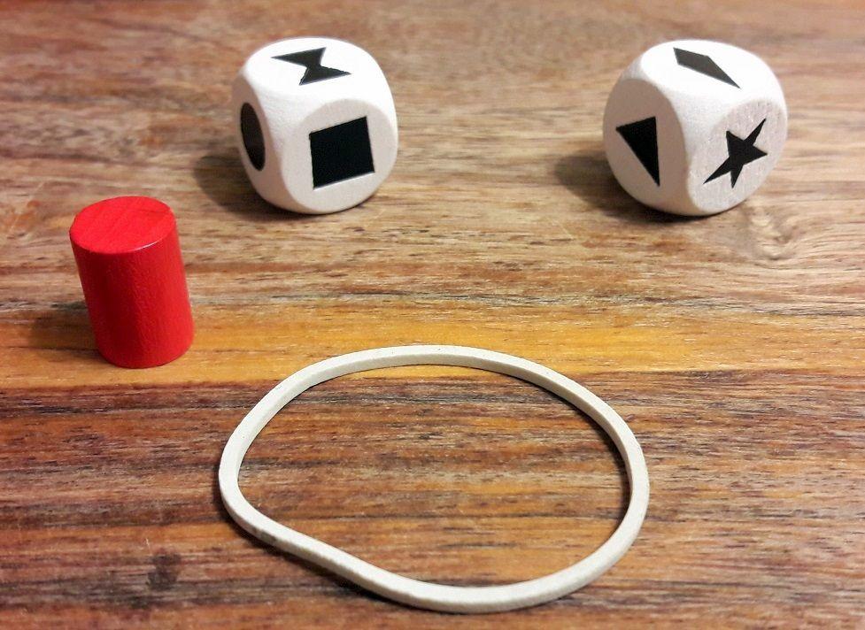 2 dés 6 customisés  et le pion compte tour en bois , un élastique est également fourni.