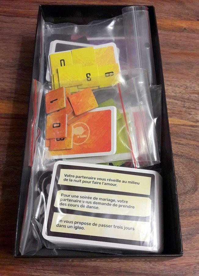 Suffisament de place pour bien ranger mais sans se battre non plus on pourrait même y ranger quelques cartes supplémentaires (une extension à venir avec des situations encore plus coquines ?).