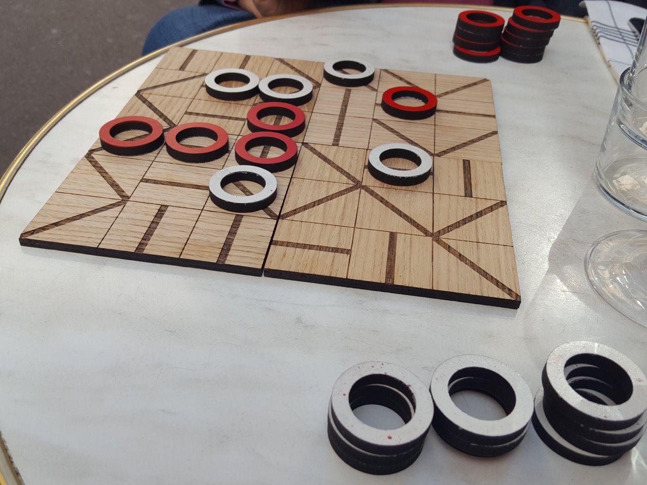 Insert, un proto d'un jeu abstrait pour 2 joueurs d'une dizaine de minutes de Bruno Cathala, on en reparlera sur le off... Le serveur mourrait d'envie d'en faire une !