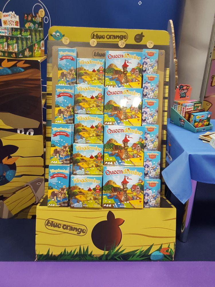 La pile de boites  Kingdomino avec  toute sa famille est prête chez Blue Orange.