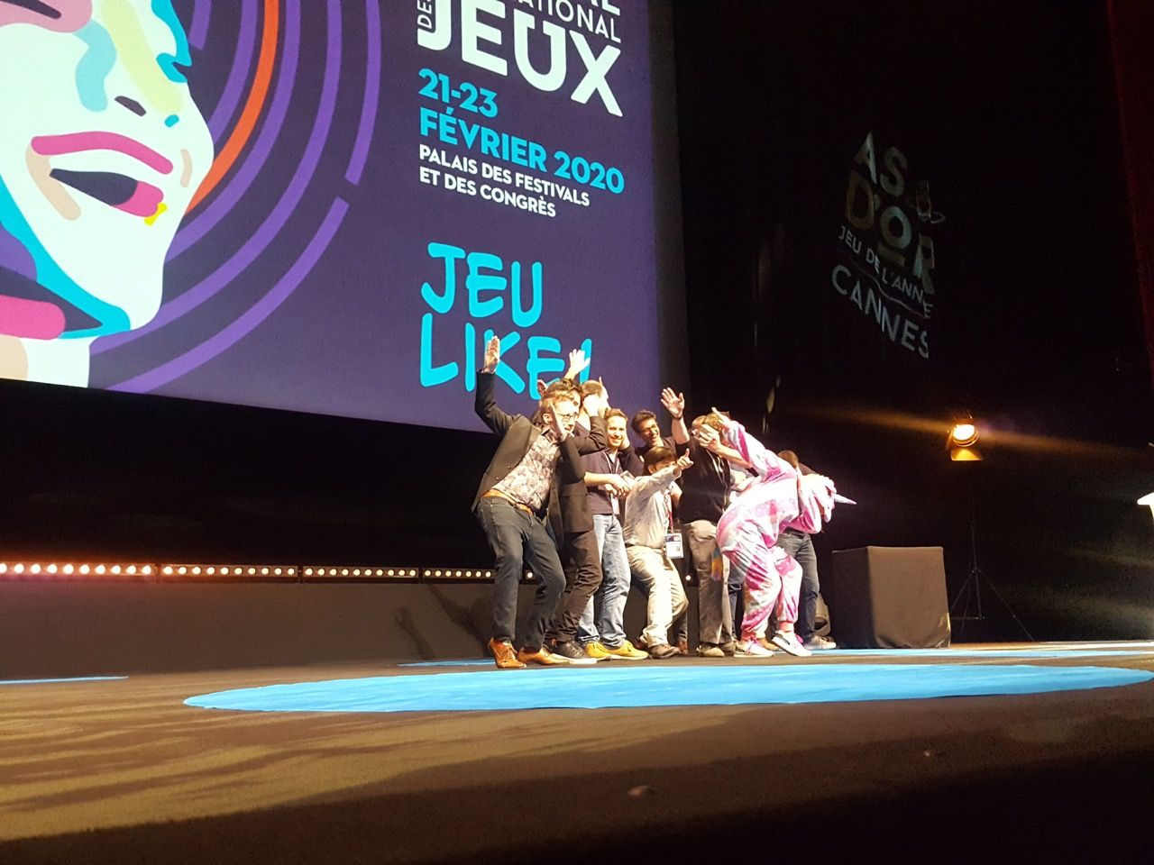 Les vainqueurs très heureux sur la scène du grand auditorium du palais des festivals.