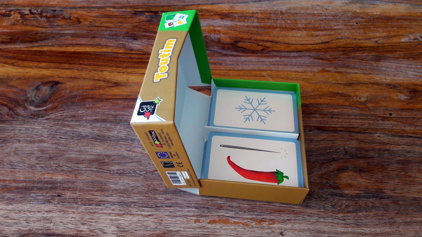 Bien pensé, on ne perdra pas le dessus de la boite et les cartes ne tomberont pas à chaque ouverture de la boite.
