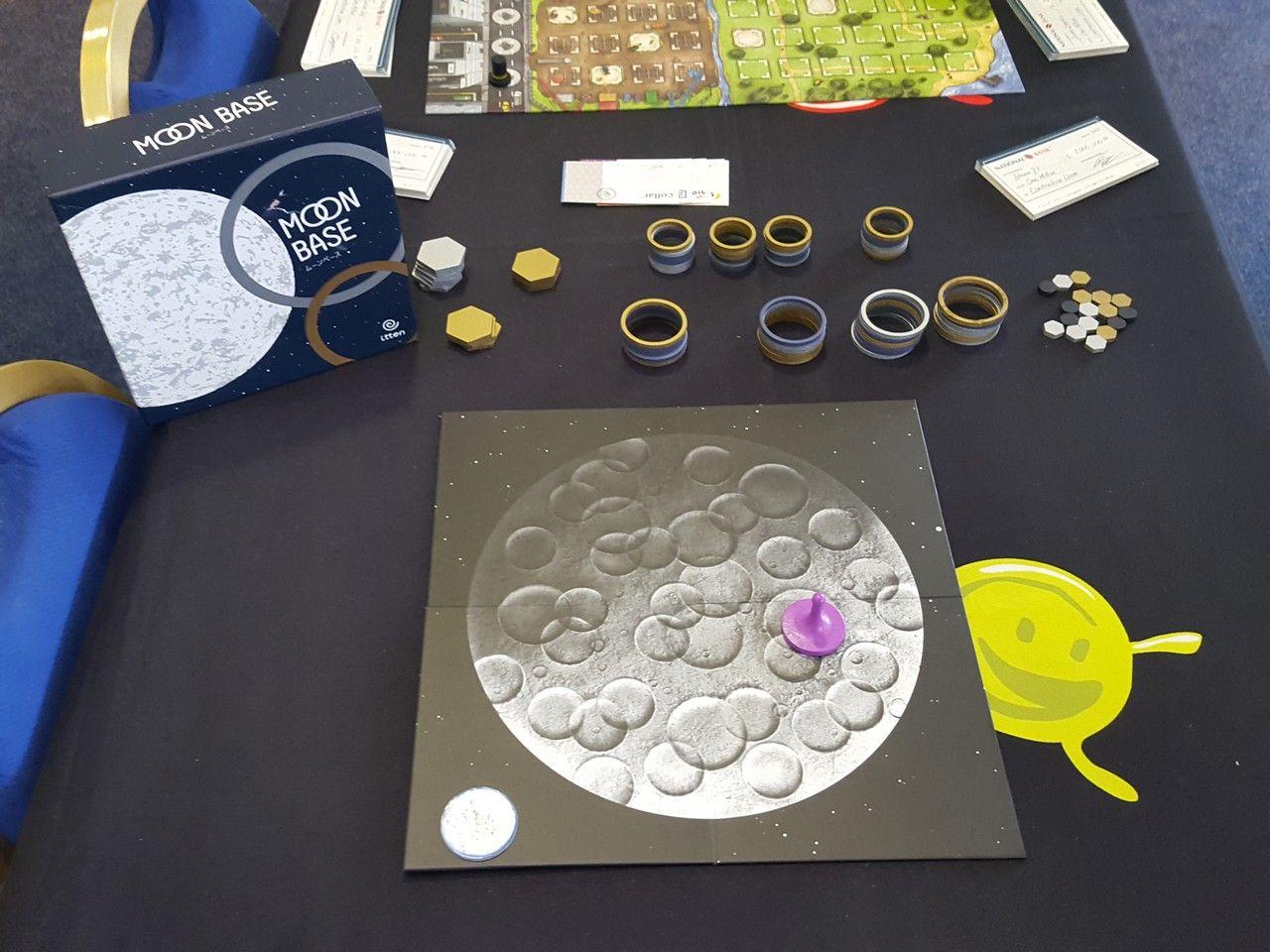 Moon Base, un très beau jeu abstrait à deux joueurs, qui nous faisait déjà de l'oeil sur le stand d'Itten.