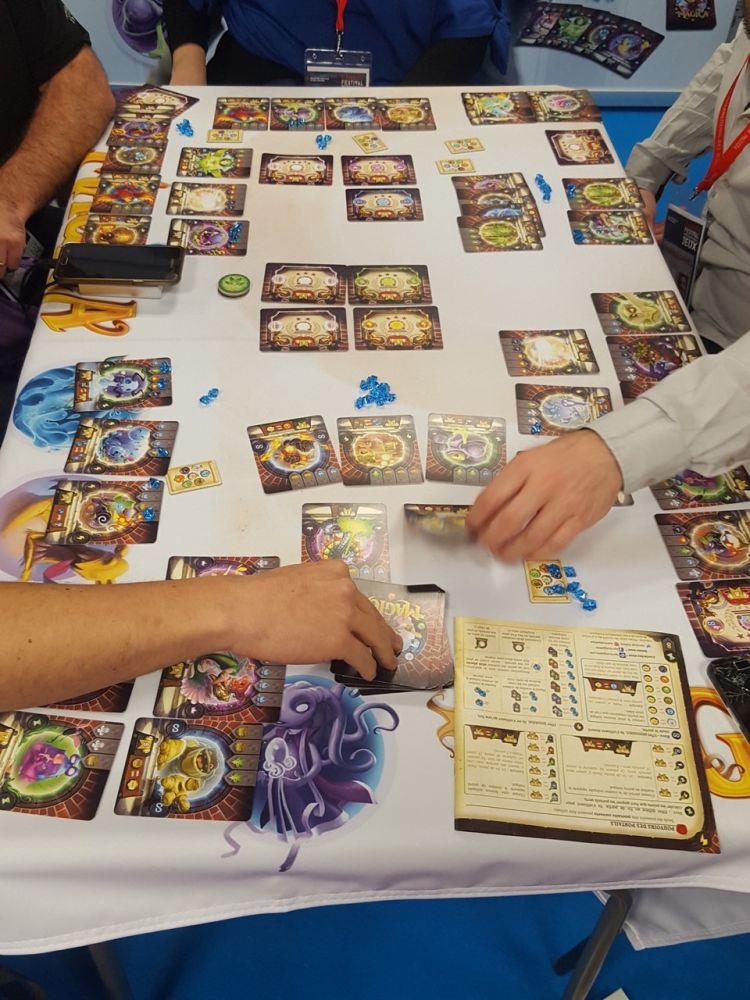 Via Magica est la re thématisation d'Augustus pour un jeu plus familial.
