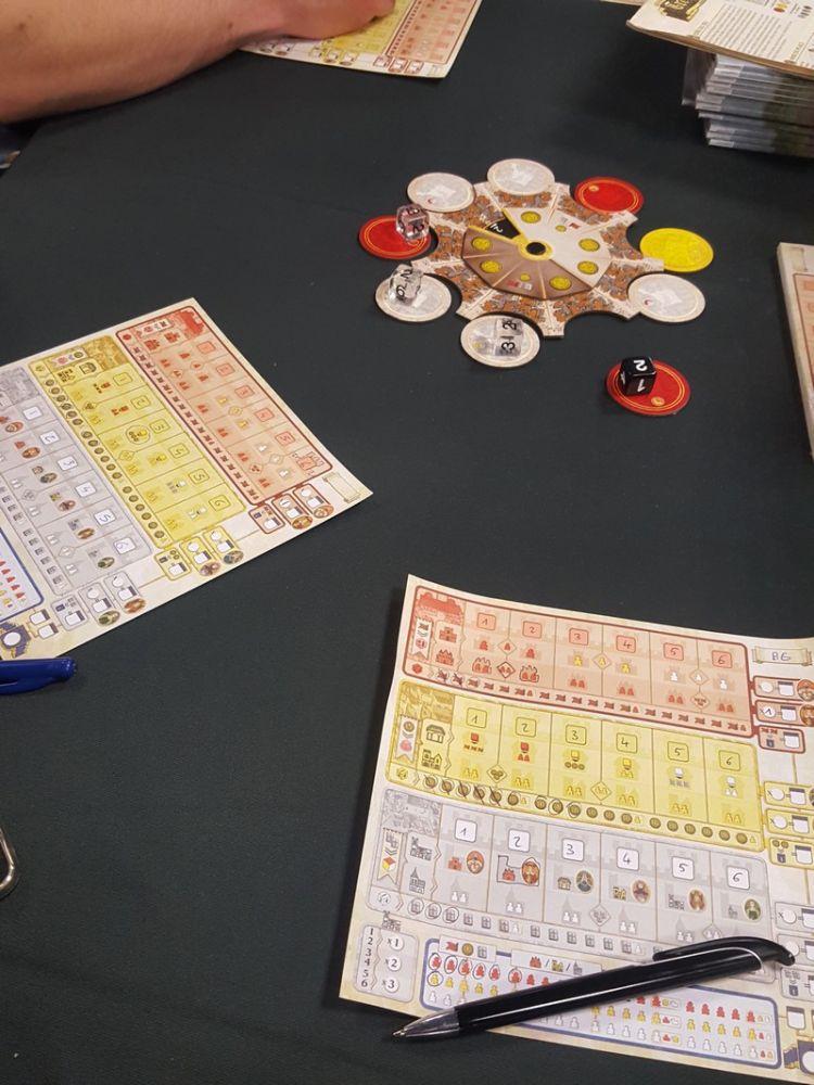 Une vue au milieu de la partie. Le jeu est très tactique et plutôt réservé à des gamers.