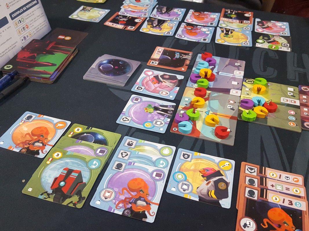 Un jeu de combo avec gestion de main et de collection de cartes. On a bien aimé même si trop de combo tue la combo...