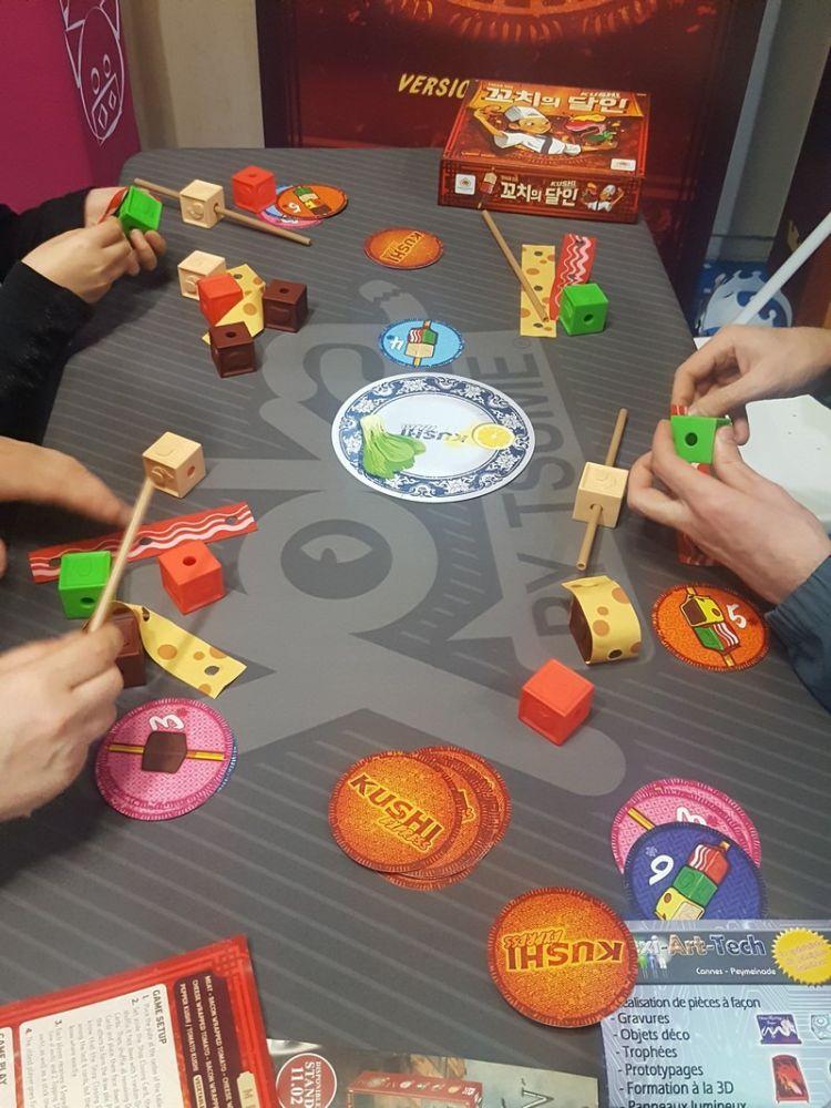 Un petit tour chez la sympathique équipe de Yoka By Tsume avec une première nouveauté, la localisation de Kushi Express, le jeu de Yohan Goh découvert à Essen chez Mandoo Games.