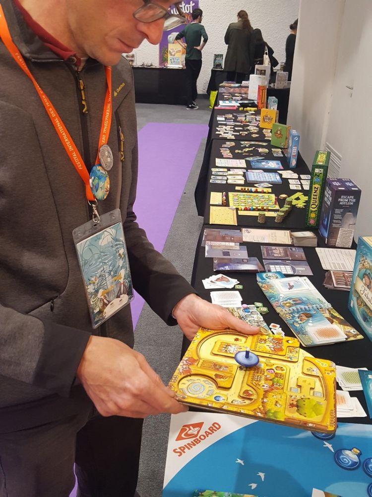 Un jeu de toupie chez Buzzy Games qui, avec tous ces plateaux et ses niveaux de jeu, a fait son petit effet sur le FIJ.