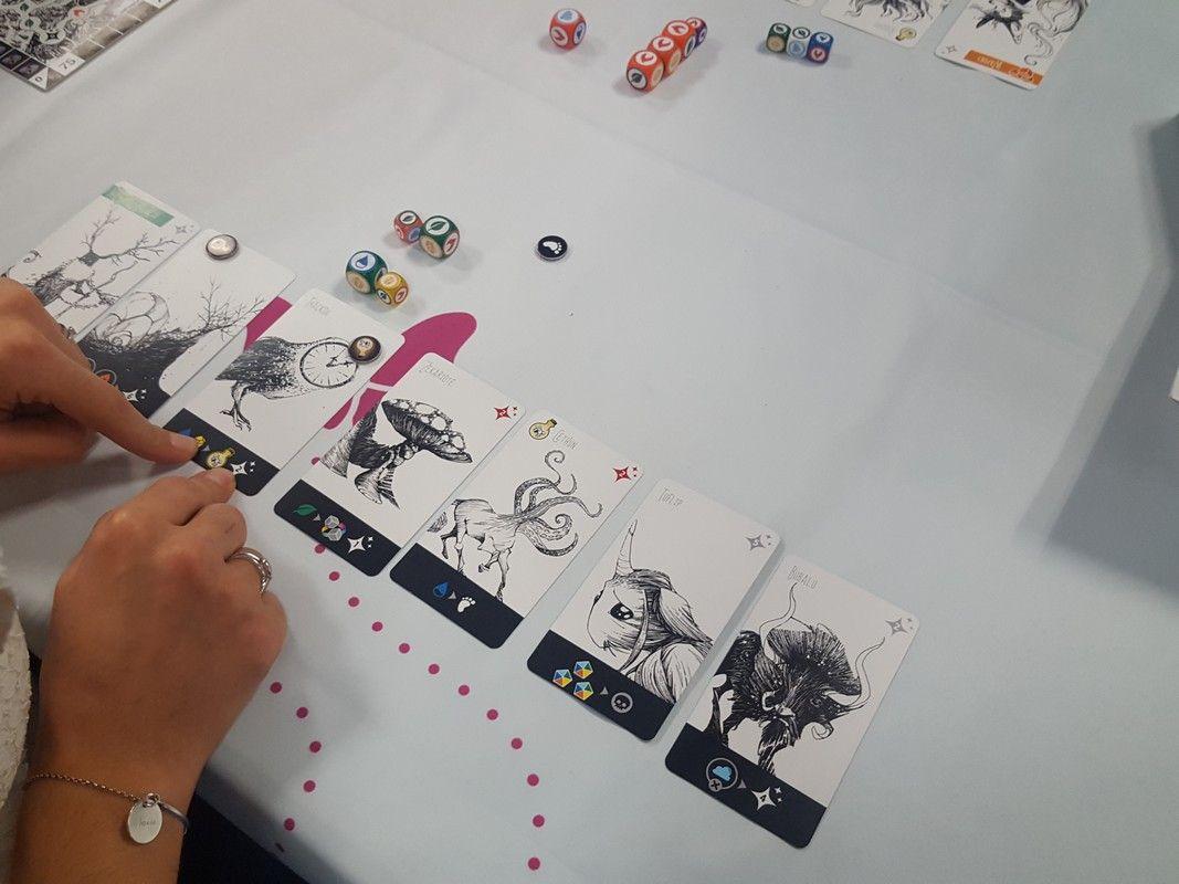 Les effets des cartes s'activent en fonction du résultat des jets de dés du joueur.