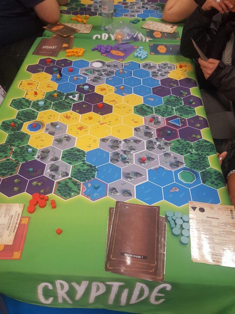 Cryptide, un jeu de déduction de  Hal Duncan et Ruth Veevers chez Origames . Une très belle découverte de l'avis de Nico et Cyril.