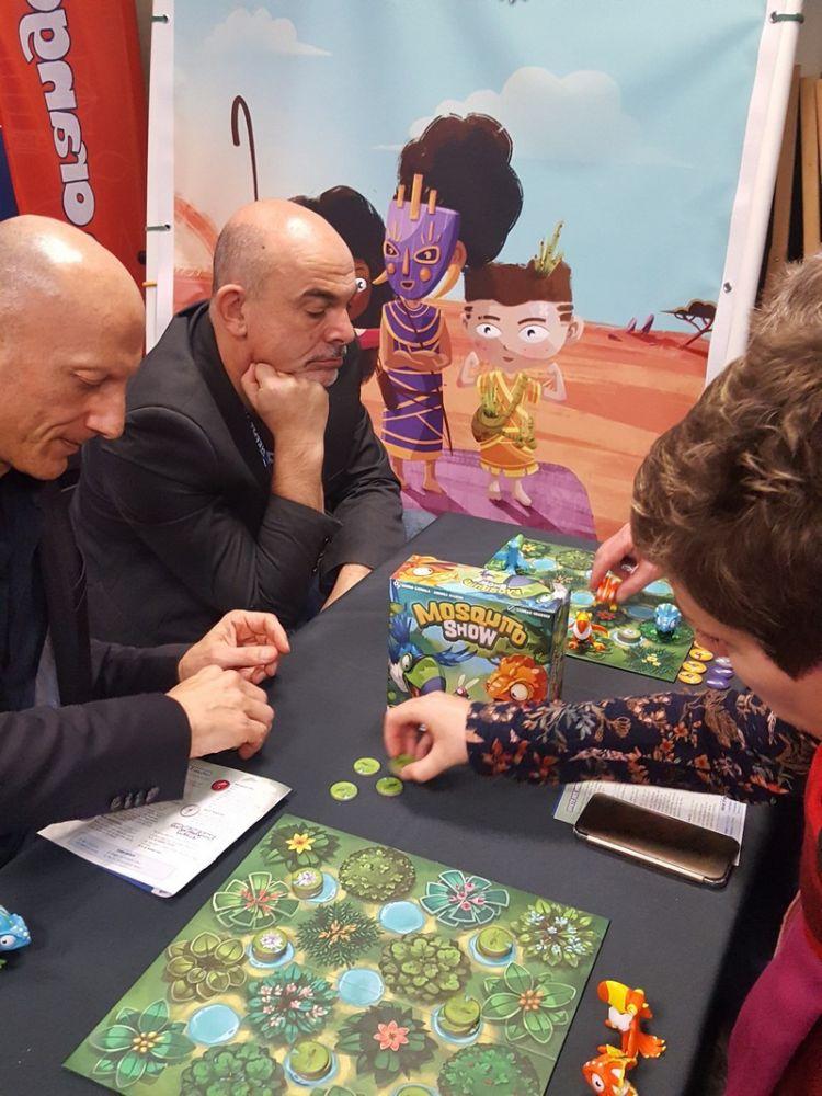 Pendant ce temps sur le stand d'à côté, le troisième du jeu Bruno Cathala est en pleine réflexion sur Mosquito Show avec son co auteur italien André Mainini chez The Flying Games.