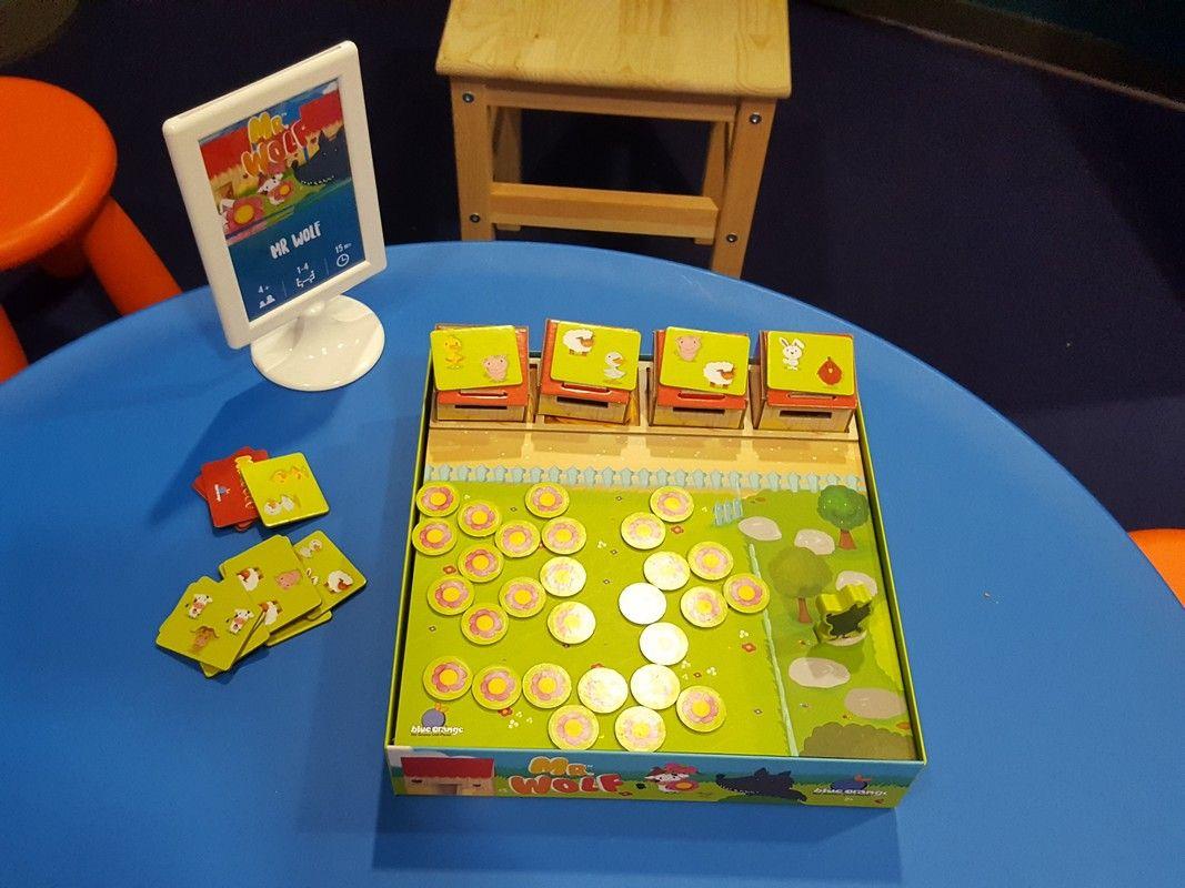 sur le stand Blue Orange enfants : Mr Wolf, As d'Or label jeu de l'année enfant 2019, un jeu de... Wilfried et Marie Fort !!!