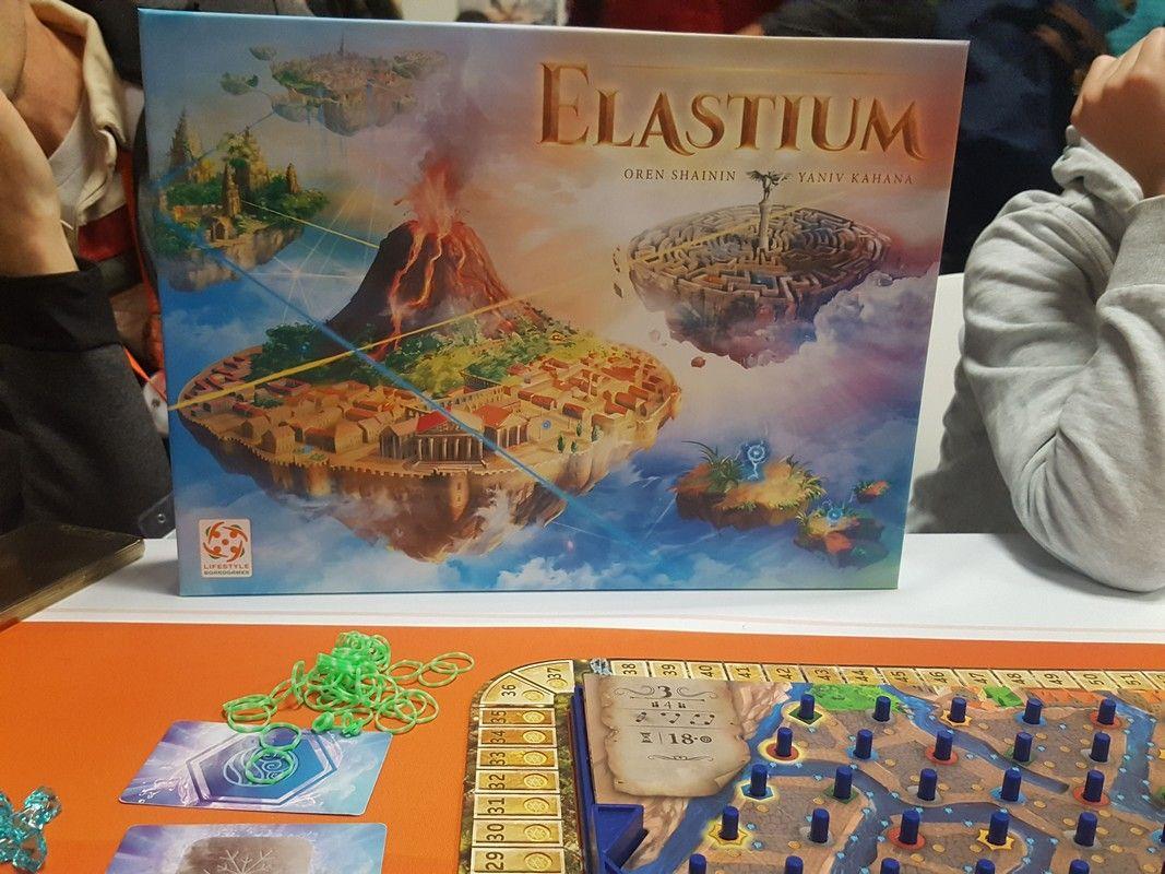 La fin du salon approche mais on ne se décourage pas, on enchaine chez Lifestyle Boardgames France pour découvrir l'intriguant Elastium.