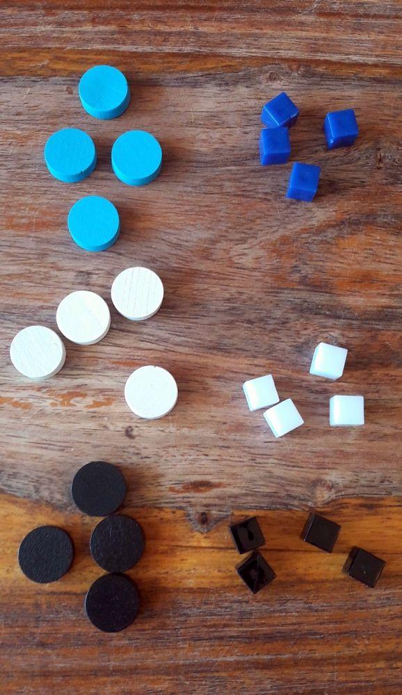 Les petits cubes de l'ancienne édition à droite ont été judicieusement remplacés par de petits disques bien plus adaptés.
