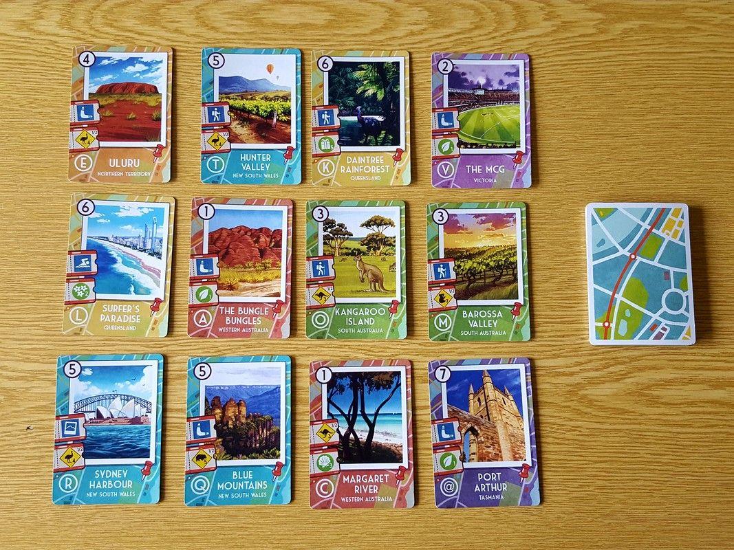 quelques cartes du jeu : elles indiquent le chiffre de lancer et de réception, les symboles, la lettre touristique et le nom du site touristique australien.