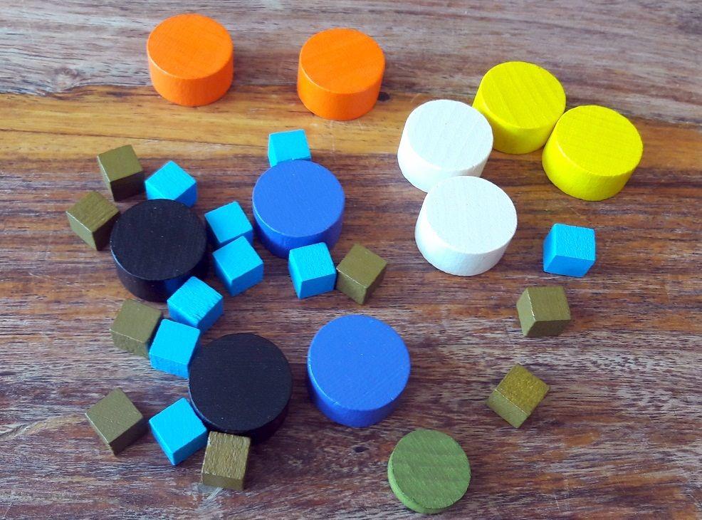 Seuls les pions kakis et les petits cubes bleus (santé mentale) sont vraiment utiles