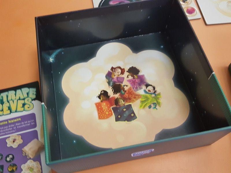 Le fond de la boite avec une très belle illustration de Maud Chalmel.
