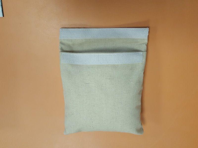 1 sac oreiller... Tout le monde veut le toucher et mettre la main dedans autour de la table.