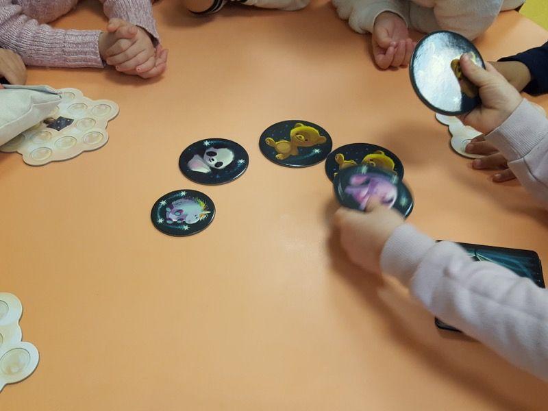 """""""Disposer les 8 tuiles Doudou rondes en cercle autour de la table""""."""