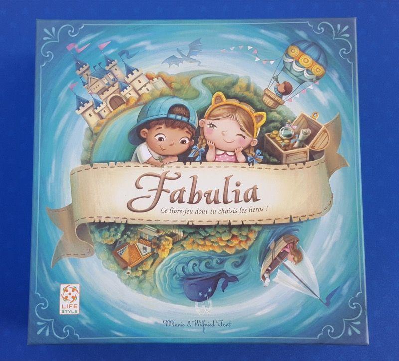 Une boite carrée 24x24cm qui donne tout de suite le thème : un livre-jeu pour les enfants.