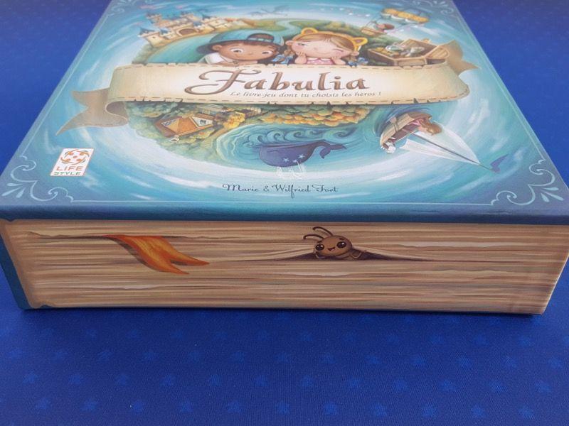 Belle illustration d'une tranche d'un livre fantastique.