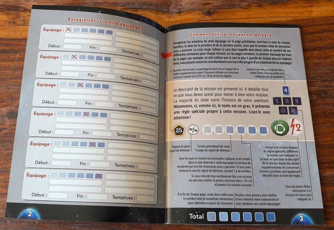 En retournant le livret de règles : il permettra de découvrir et de suivre chacune des 50 missions