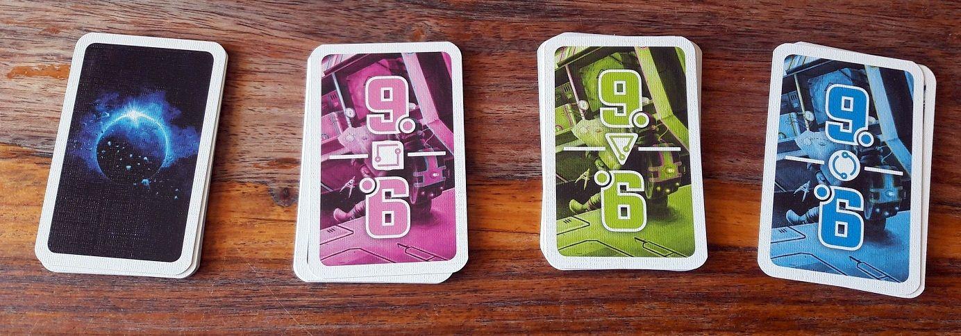 Chacune des 36 cartes couleur possède sa carte tâche  correspondante.
